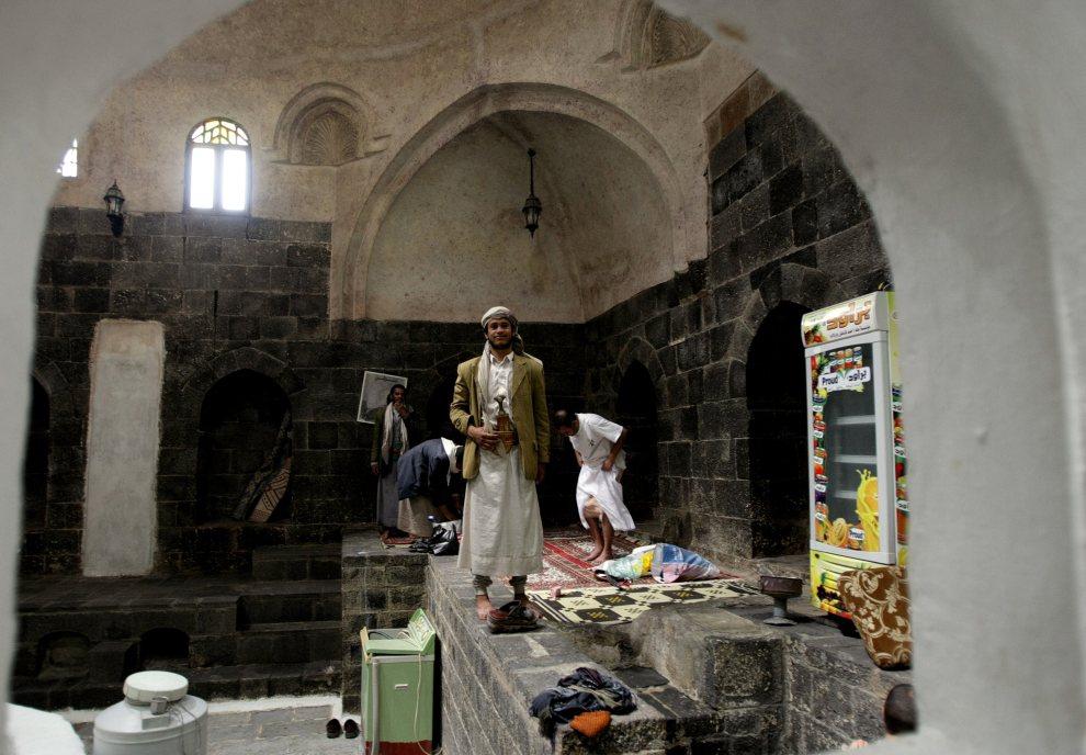 12.JEMEN, Sana, 9 listopada 2009: Jemeńczyk w tradycyjnym stroju pozuje do zdjęcia przy wyjściu z hammamu. AFP PHOTO/MARWAN NAAMANI