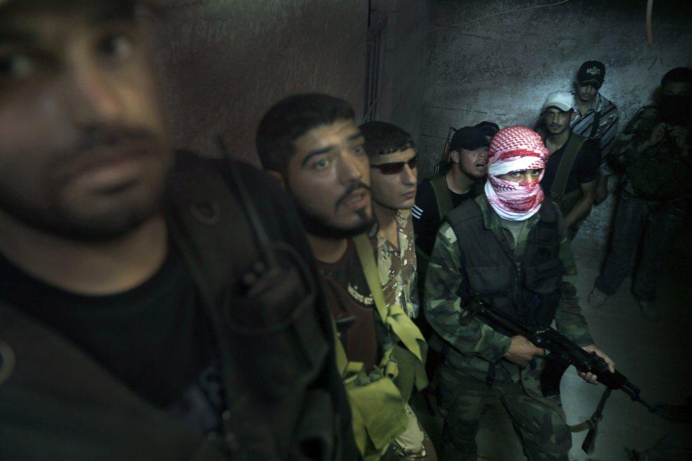 12.SYRIA, nieznana lokalizacja, 21 czerwca 2012: Bojownicy Armii Wyzwolenia Syrii w ogarniętej walkami Syrii. AFP PHOTO/Ricardo Garcia Vilanova