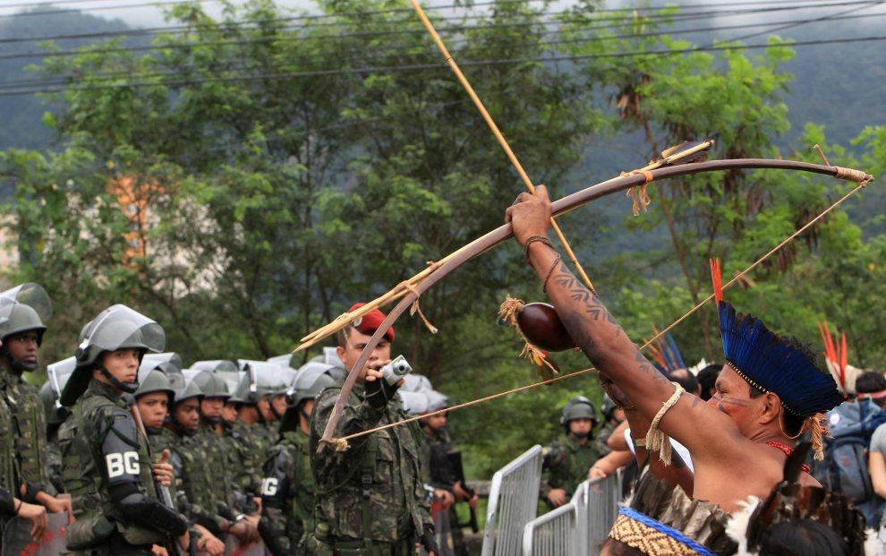 13.BRAZYLIA, Rio de Janeiro, 21 czerwca 2012: Przedstawiciele rdzennych mieszkańców demonstrują swoje poglądy na omawiane podczas szczytu kwestie. EPA/MARCELO SAYAO Dostawca: PAP/EPA.