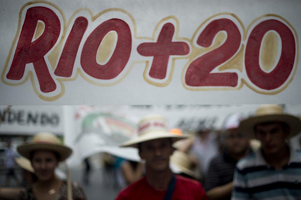 14.BRAZYLIA, Rio de Janeiro, 20 czerwca 2012: Aktywiści demonstrujący na ulicach Rio de Janeiro. AFP PHOTO / Christophe Simon