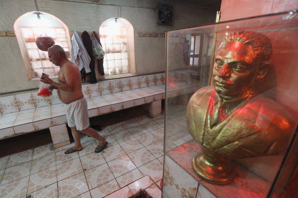 14.BAGDAD, Irak, 10 grudnia 2011: Mężczyzna przygotowuje się do wejścia do łaźni. (Foto: Mario Tama/Getty Images)