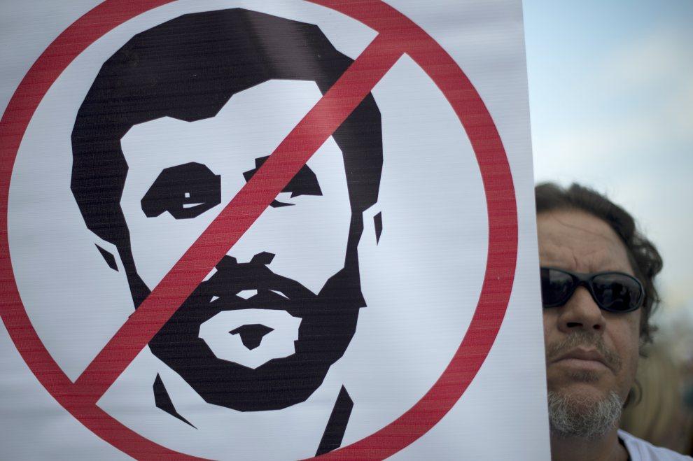 15.BRAZYLIA, Rio de Janeiro, 17 czerwca 2012: Mężczyzna protestujący wobec udziału w konferencji prezydenta Iranu - Mahmuda Ahmadineżada. AFP PHOTO / Christophe Simon