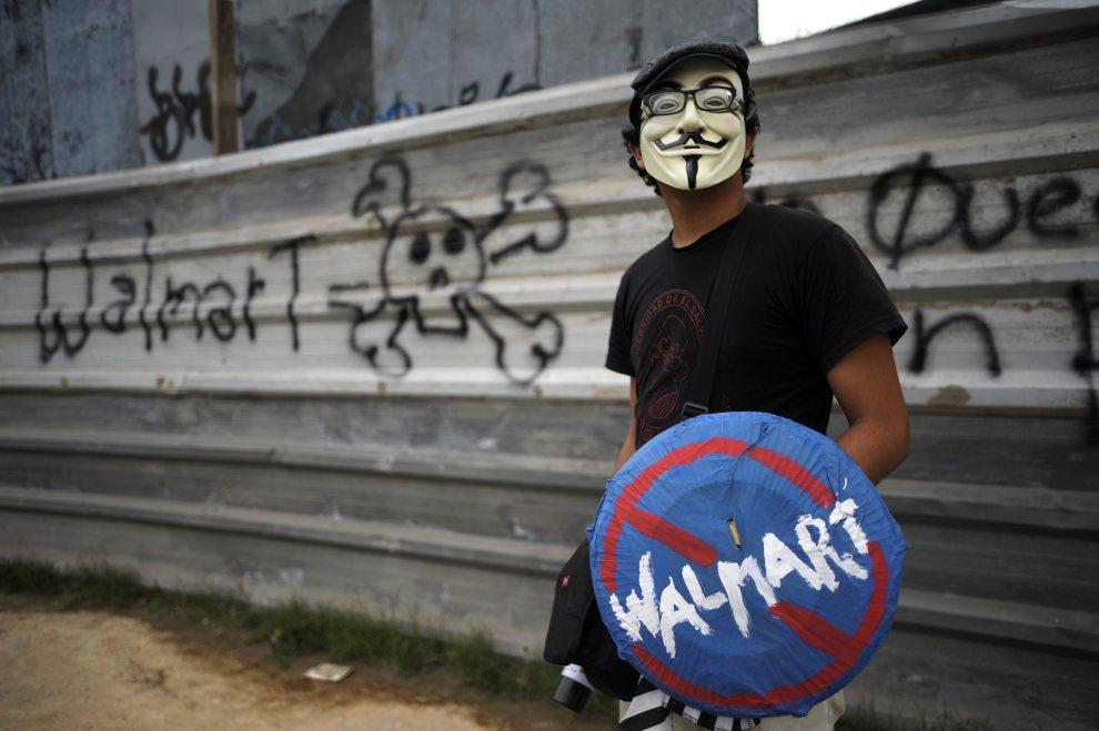 15.SALWADOR, Mejicanos, 21 czerwca 2012: Mężczyzna protestujący przeciw budowie sklepu sieci Walmart. AFP PHOTO/ Jose CABEZAS