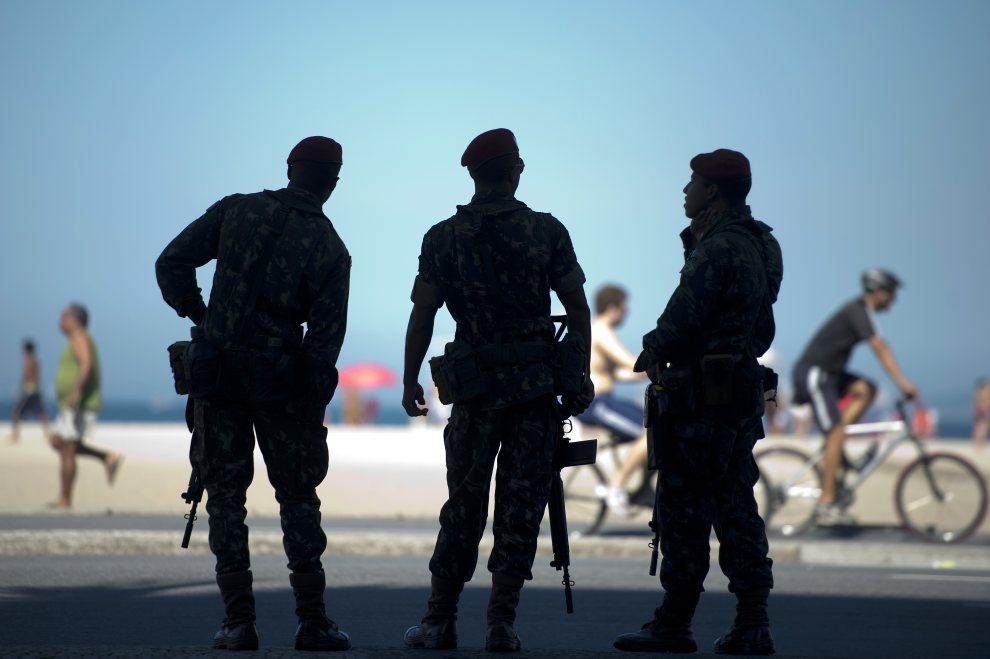 17.BRAZYLIA, Rio de Janeiro, 16 czerwca 2012: Żołnierze pilnujący porządku w pobliżu plaży Copacabana. AFP PHOTO / Christophe Simon