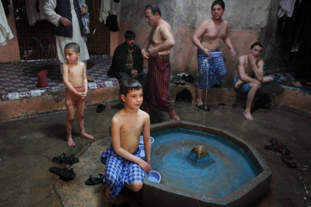 16.AFGANISTAN, Herat, 5 marca 2010: Mężczyźni i chłopcy w łaźni w piątkowy wieczór. (Foto: Majid Saeedi/Getty Images)