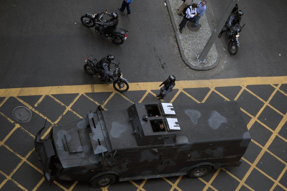 18.BRAZYLIA, Rio de Janeiro, 18 czerwca 2012: Policjanci zabezpieczają manifestację przeciwników wycinania lasów w Brazylii. AFP PHOTO / Christophe Simon
