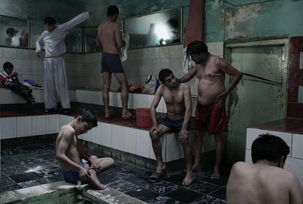 17.AFGANISTAN, Kabul, 30 kwietnia 2010: Mężczyźni w trakcie kąpieli w łaźni w Kabulu. AFP PHOTO/Mauricio LIMA