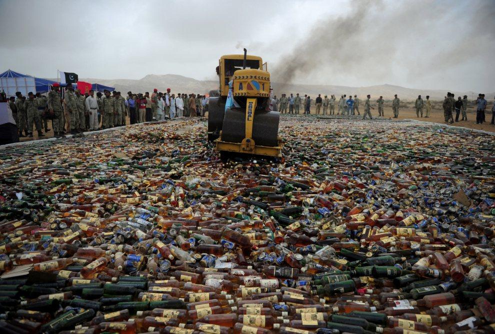 17.PAKISTAN, Karaczi, 26 czerwca 2012: Niszczenie butelek z zarekwirowanym alkoholem. AFP PHOTO / Asif HASSAN