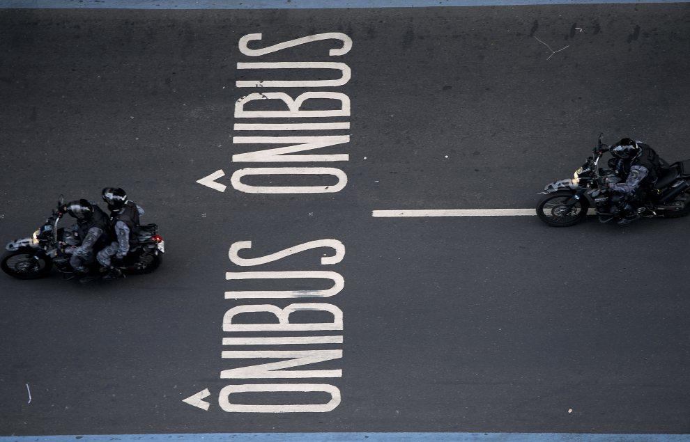 19.BRAZYLIA, Rio de Janeiro, 18 czerwca 2012: Patrol policji w centrum Rio de Janeiro. AFP PHOTO / Christophe Simon