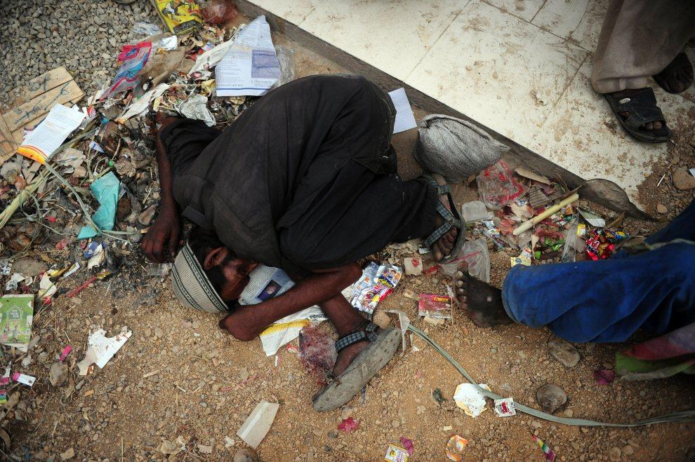 19.PAKISTAN, Karaczi, 25 czerwca 2012: Narkoman śpiący na ulicy w Karaczi. AFP PHOTO / Asif HASSAN
