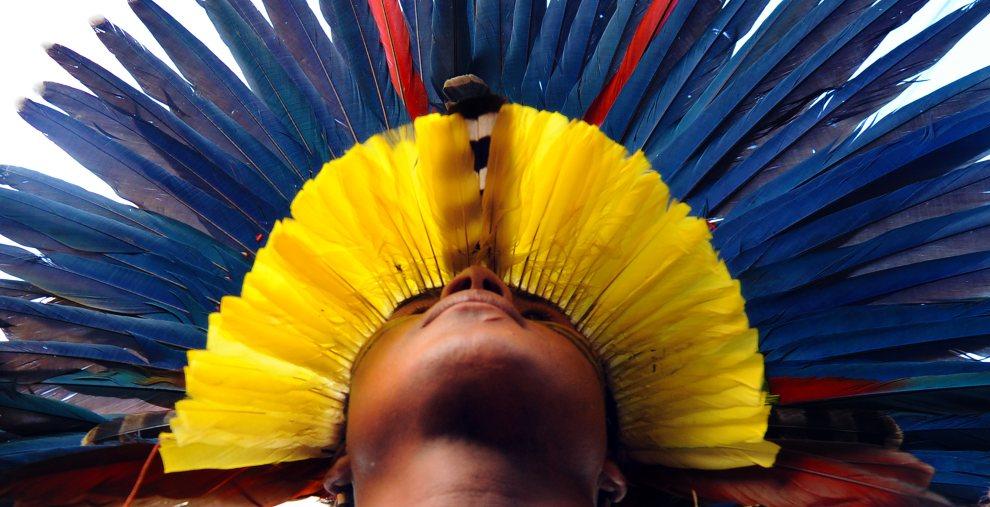 1.BRAZYLIA, Rio de Janeiro, 14 czerwca 2012: Indianin z plemienia Pataxo biorący udział w uroczystościach uświetniających szczyt w Rio. AFP PHOTO/ANTONIO SCORZA