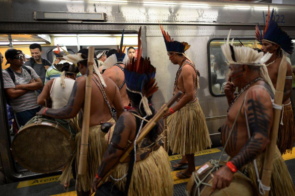 21.BRAZYLIA, Rio de Janeiro, 16 czerwca 2012: Brazylijczycy w tradycyjnych strojach  na stacji metra. AFP PHOTO / Christophe Simon