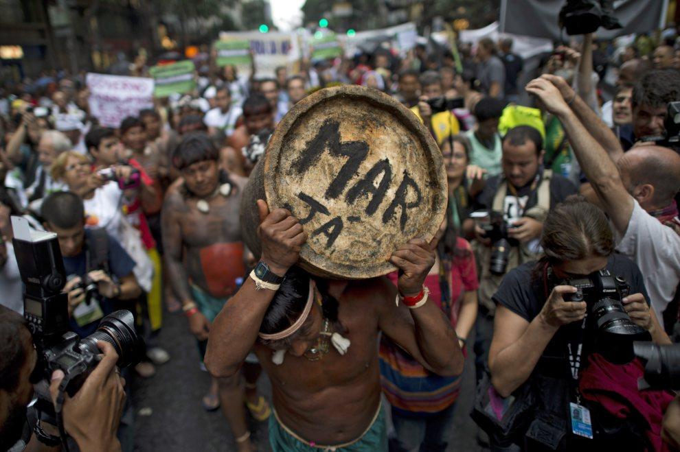 23.BRAZYLIA, Rio de Janeiro, 20 czerwca 2012: Indianie demonstrujący w centrum Rio niezadowolenie z wycinki drzew na ich ziemiach. AFP PHOTO / Christophe Simon