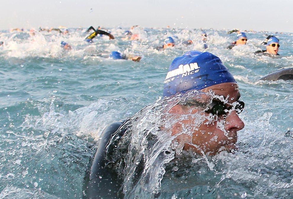 22.FRANCJA, Nicea, 24 czerwca 2012: Uczestnicy triathlonu rozgrywanego w okolicach Nicei. AFP PHOTO/ VALERY HACHE