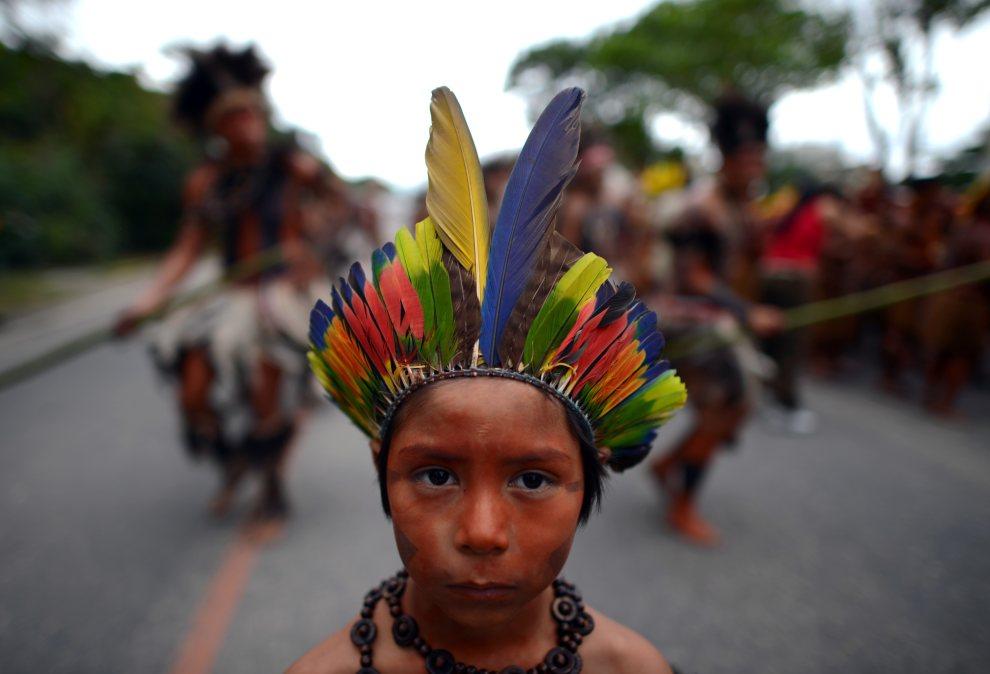 25.BRAZYLIA, Rio de Janeiro, 21 czerwca 2012: Indianie niosący deklarację Kari-Oca II – document skierowany do uczesnitków szczytu ONZ. AFP PHOTO / CHRISTOPHE   SIMON