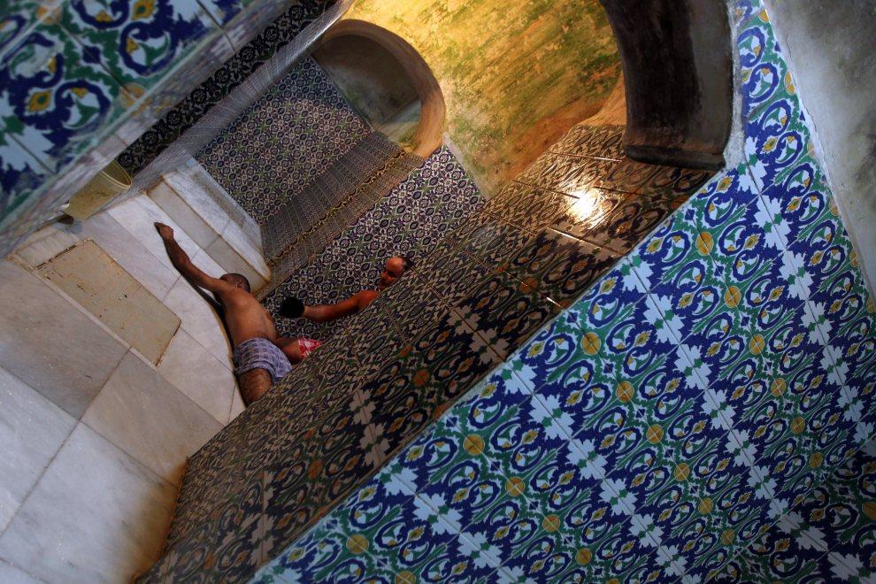 24.LIBIA, Trypolis, 6 października 2011: Wnętrze hammamu w Trypolisie. AFP PHOTO/KARIM SAHIB