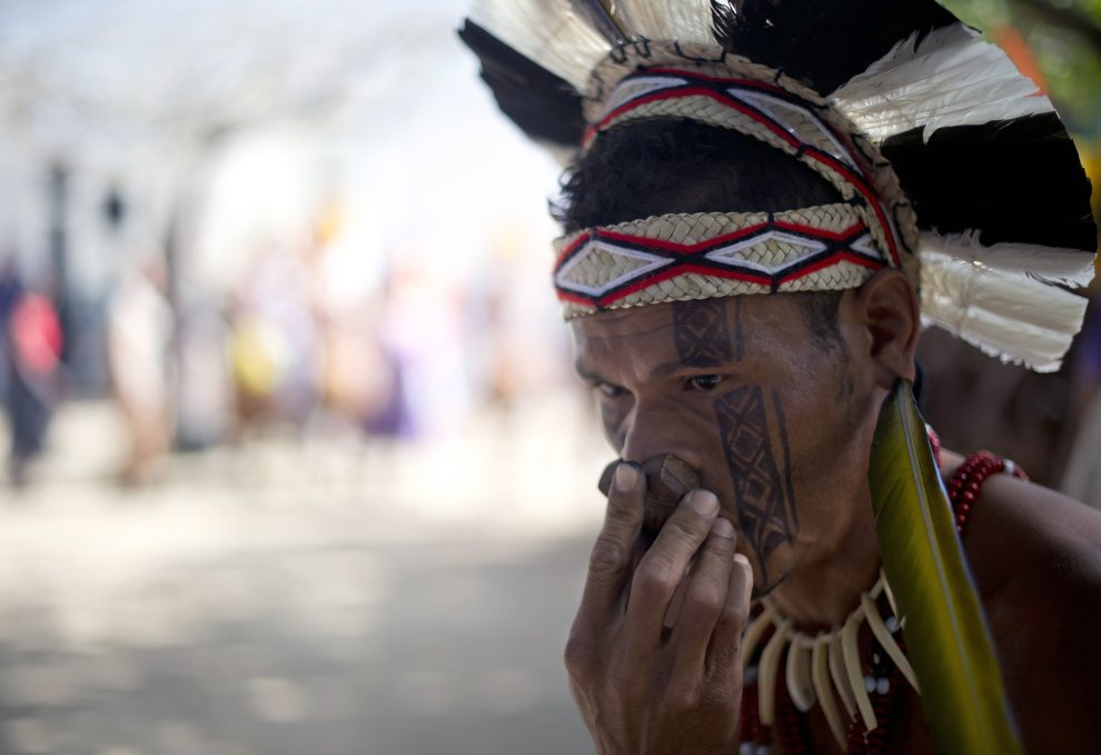 26.BRAZYLIA, Rio de Janeiro, 20 czerwca 2012: Indianin grający na instrumencie przy użyciu nosa. AFP PHOTO / Christophe Simon