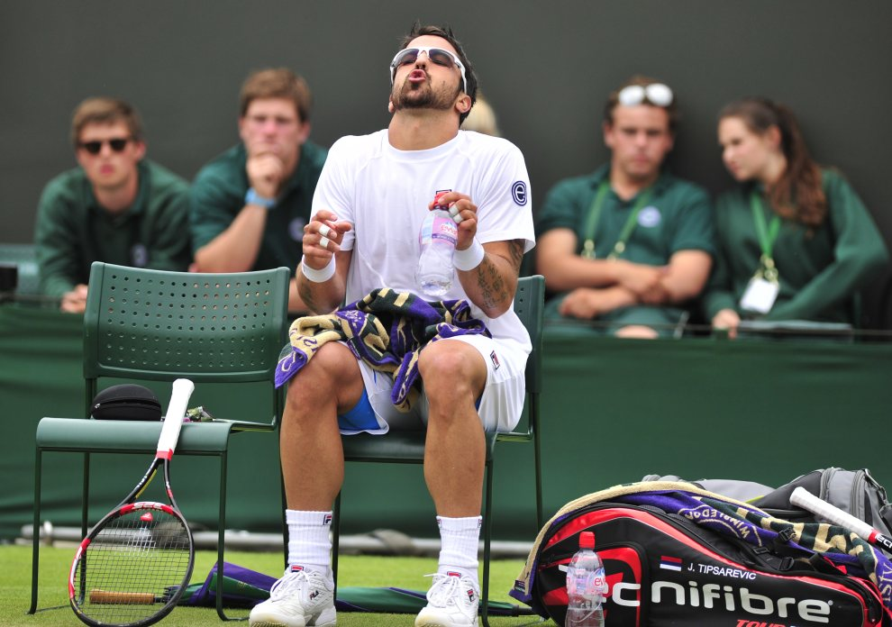 25.	WIELKA BRYTANIA, Wimbledon, 27 czerwca 2012:  Serb Janko Tipsarevic w przerwie meczu turnieju Wimbledon. AFP PHOTO / GLYN KIRK RESTRICTED TO EDITORIAL USE