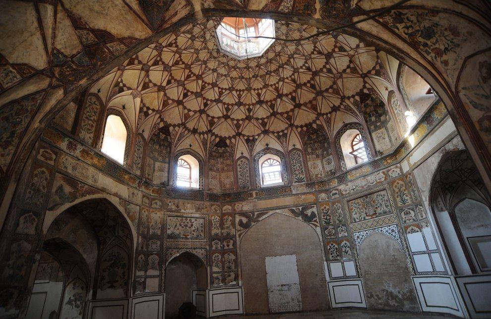25.PAKISTAN, Lahore, 29 października 2011: Wnętrze hammamu Shahi na starym mieście w Lahore. AFP PHOTO / ARIF ALI