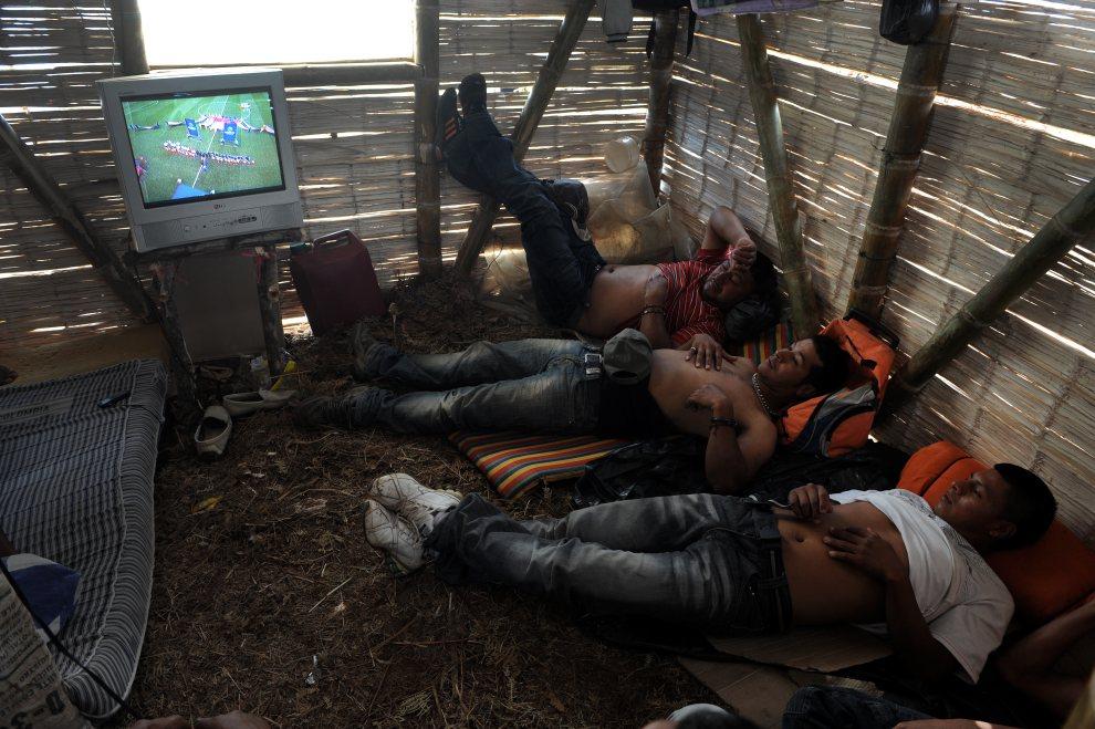 26.KOLUMBIA, Miranda, 28 czerwca 2012: Rolnicy oglądają mecz Mistrzostw Europy pomiędzy reprezentacjami Włoch i Niemiec. AFP PHOTO/Luis ROBAYO