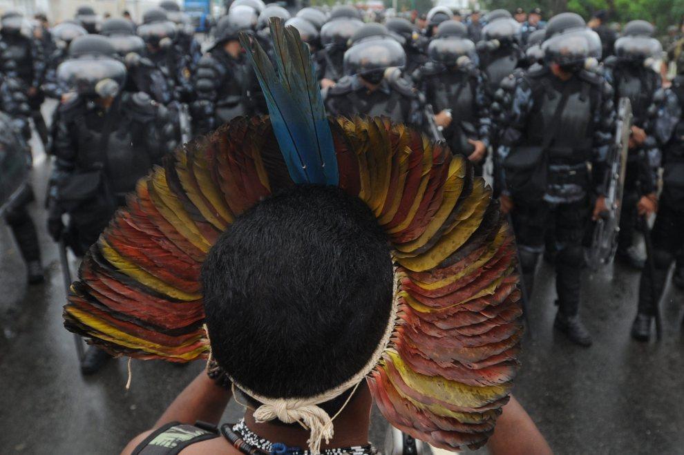 27.BRAZYLIA, Rio de Janeiro, 20 czerwca 2012: Policjanci zabezpieczający protest przeciwników budowy zapory Belo Monte. EPA/FERNANDO BIZERRA JR.