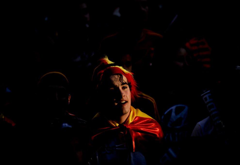 27.HISZPANIA, Madryt, 23 czerwca 2012: Kibic obserwuje przebieg spotkania pomiędzy reprezentacjami Hiszpanii I Francji. AFP PHOTO/Pedro ARMESTRE