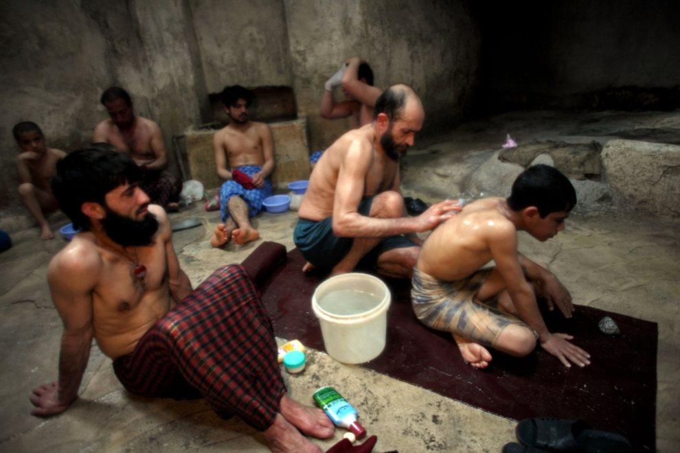 27.AFGANISTAN, Herat, 5 marca 2010: Mężczyźni w trakcie kąpieli w łaźni. (Foto: Majid Saeedi/Getty Images)