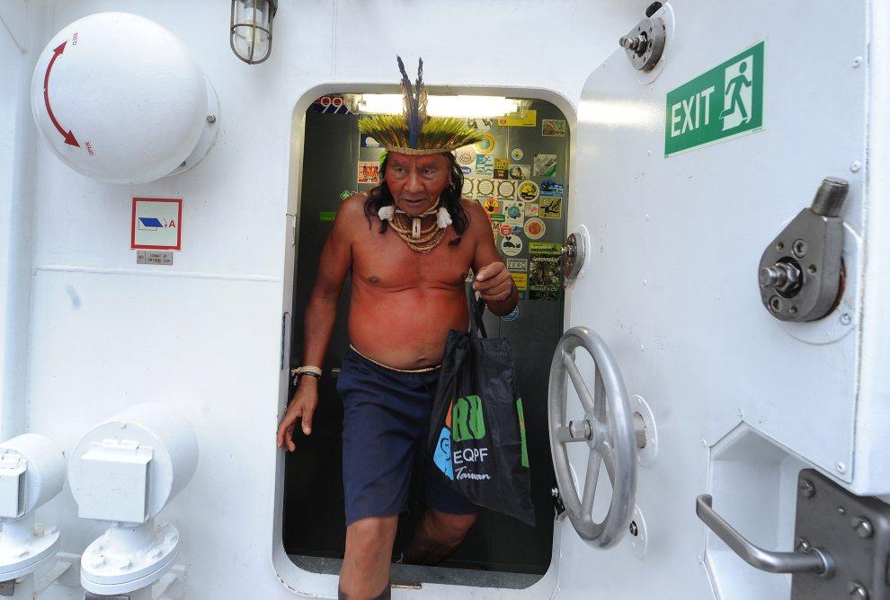 29.BRAZYLIA, Rio de Janeiro, 20 czerwca 2012: Wódz plemienia Xavante wchodzi na pokład jednostki Rainbow Warrior 3, należącej do organizacji Greenpeace. AFP PHOTO   / ANTONIO SCORZA
