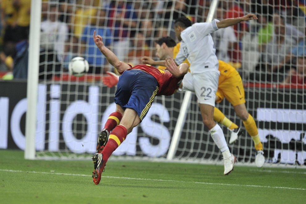 28.UKRAINA, Donieck, 23 czerwca 2012: Xabi Alonso (po lewej) strzela gola w meczu z Francją. AFP PHOTO / FILIPPO MONTEFORTE
