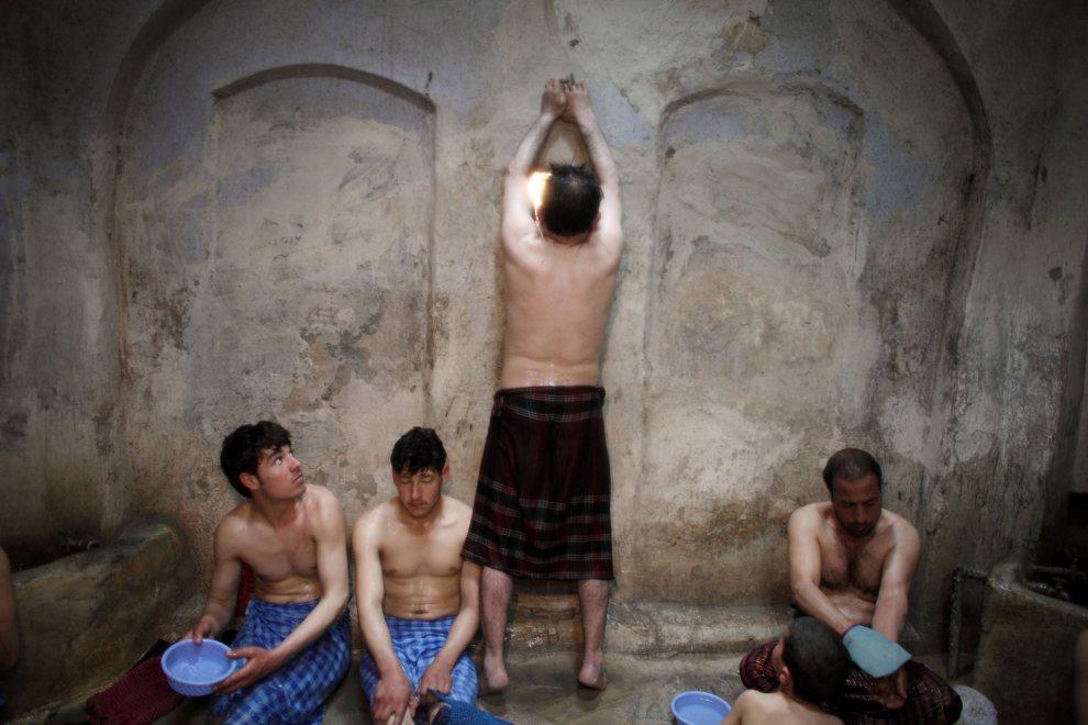 28.AFGANISTAN, Herat, 5 marca 2010: Mężczyźni w hammamie w Heracie. (Foto: Majid Saeedi/Getty Images)