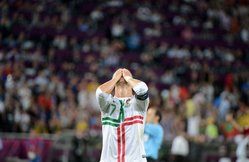 29.UKRAINA, Donieck, 27 czerwca 2012: Reakcja Cristiano Ronaldo po niewykorzystanej okazji bramkowej. AFP PHOTO / DAMIEN MEYER