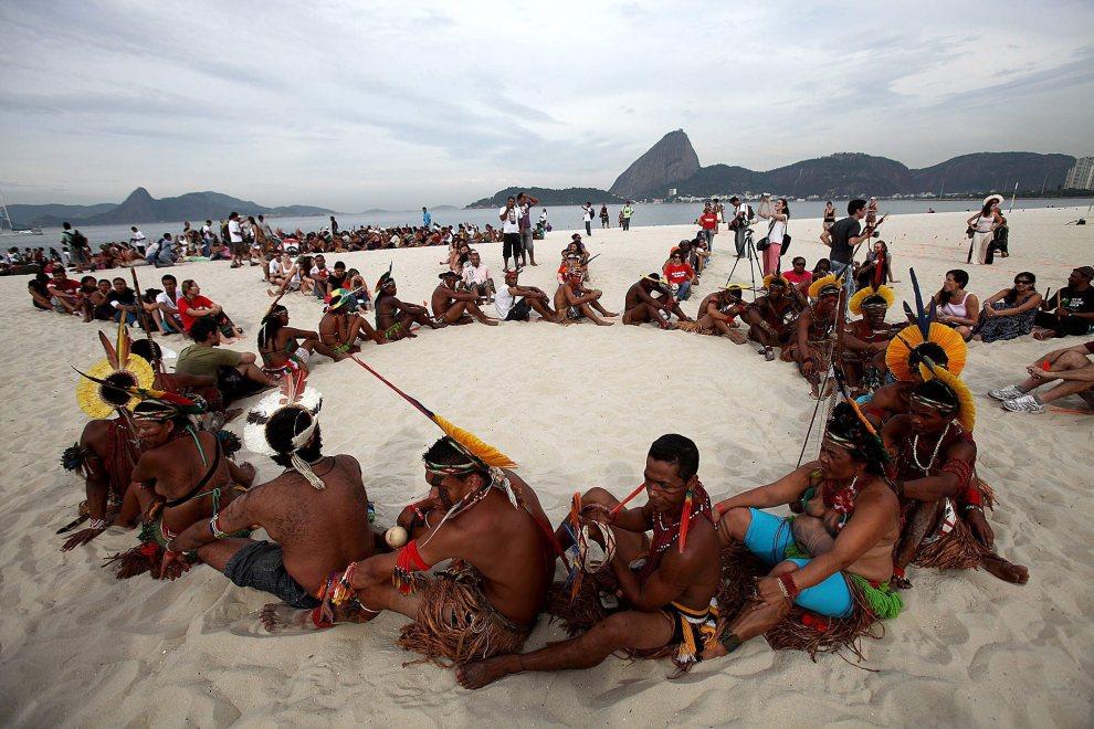 2.BRAZYLIA, Rio de Janeiro, 19 czerwca 2012: Aktywiści protestujący przeciw marnowaniu zasobów naturalnych w Rio de Janeiro: PAP/EPA.