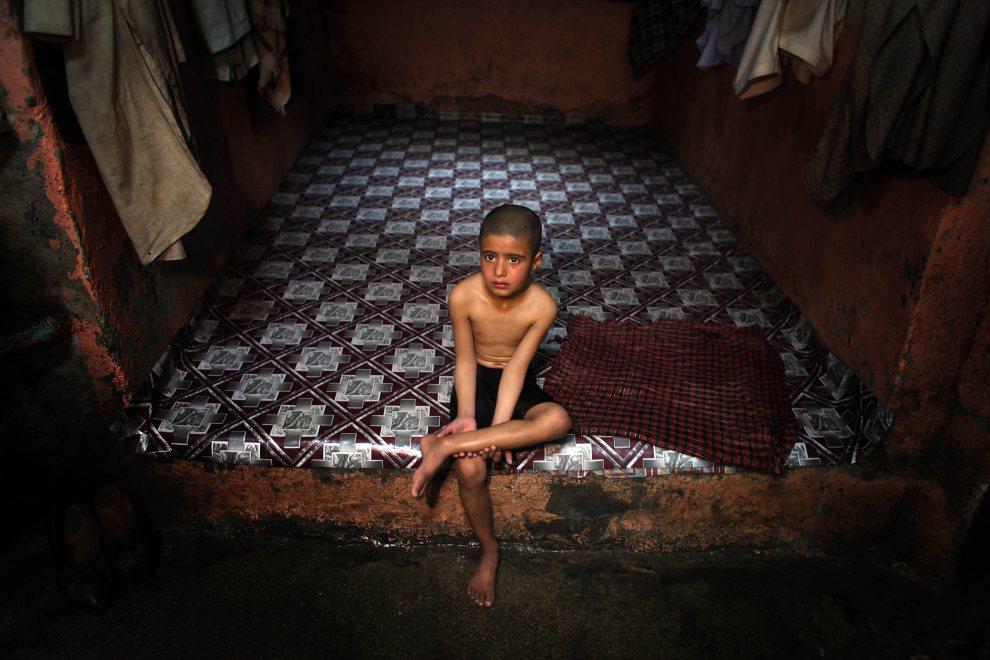30.AFGANISTAN, Herat, 5 marca 2010: Chłopiec siedzący na stopniu w hammamie. (Foto: Majid Saeedi/Getty Images)