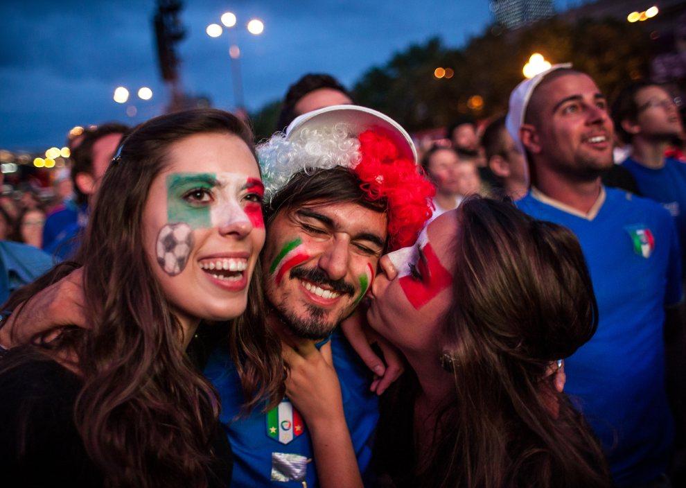 31.POLSKA, Warszawa, 28 czerwca 2012: Włoscy kibice cieszą się ze zdobytego przez ich reprezentację gola. AFP PHOTO / WOJTEK RADWANSKI