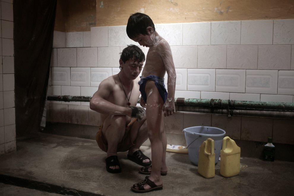 3.AFGANISTAN, Kabul, 30 kwietnia 2010: Ojciec myje syna w kabulskim hammamie. AFP PHOTO/Mauricio LIMA