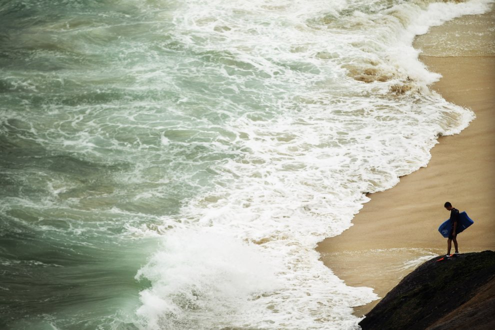 5.BRAZYLIA, Rio de Janeiro, 22 czerwca 2012: Nastolatek na plaży w pobliżu Rio de Janeiro. (FotoMario Tama/Getty Images)