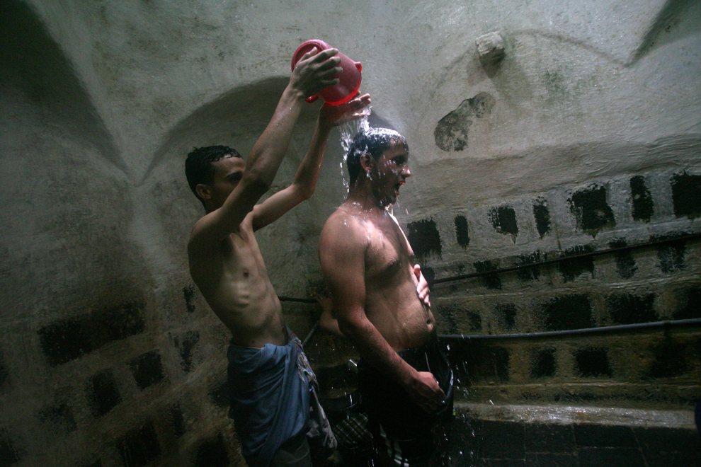 6.JEMEN, Sana, 18 czerwca 2011: Mężczyzna opłukujący ciało przyjaciela. AFP PHOTO/MOHAMMED HUWAIS