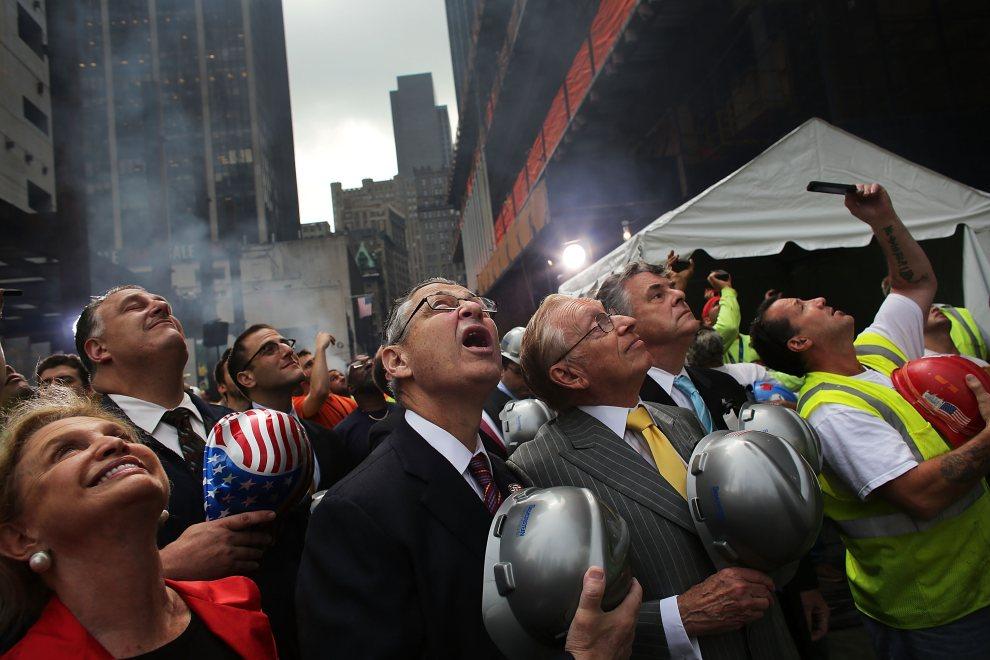 7.USA, Nowy Jork, 25 czerwca 2012: Deweloper Larry Silverstein (żółty krawat) przygląda się wciąganiu ostatniej stalowej belki, która zostanie użyta do budowy Four World Trade Center. (Foto: Spencer Platt/Getty Images)
