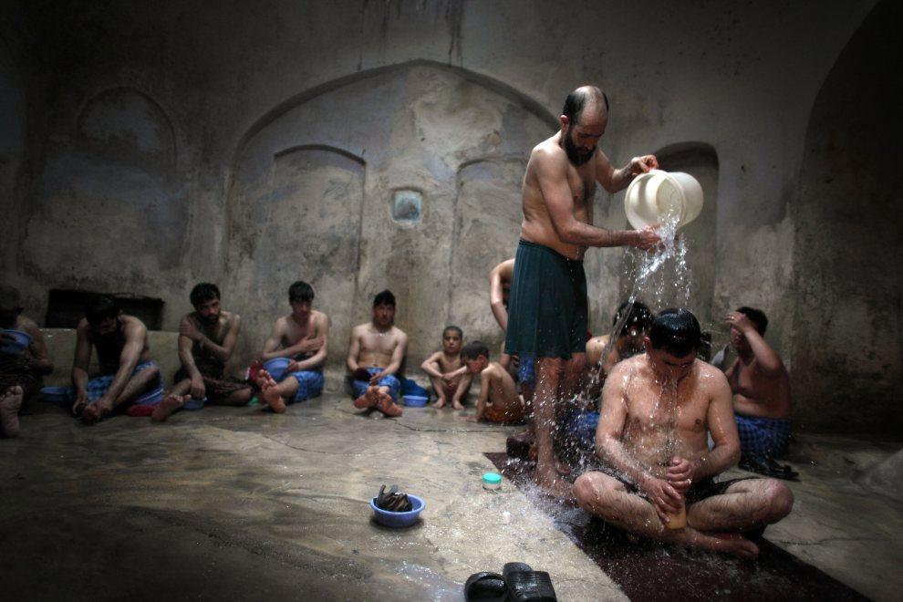 7.AFGANISTAN, Herat, 5 marca 2010: Mężczyźni w chłopcy  we wnętrzu łaźni. (Foto: Majid Saeedi/Getty Images)