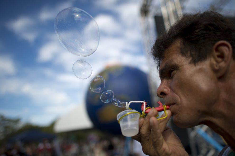 9.BRAZYLIA, Rio de Janeiro, 22 czerwca 2012: Katywista podczas demonstracji w pobliżu Flamengo Park. AFP PHOTO /CHRISTOPHE SIMON
