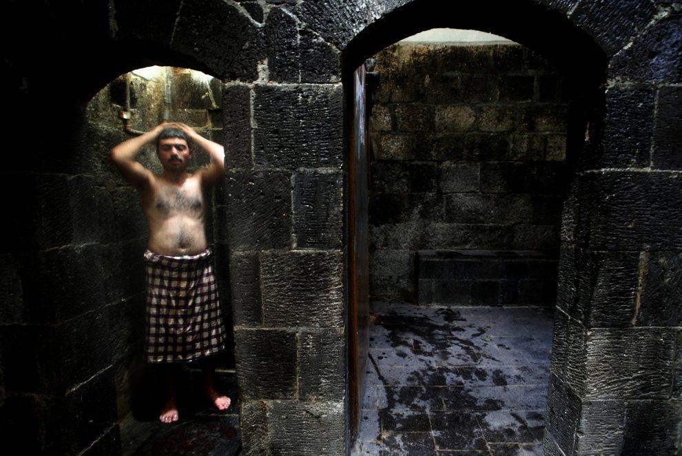 9.JEMEN, Sana, 9 listopada 2009: Mężczyzna bierze prysznic w łaźni, która liczy sobie 410 lat. AFP PHOTO/MARWAN NAAMANI