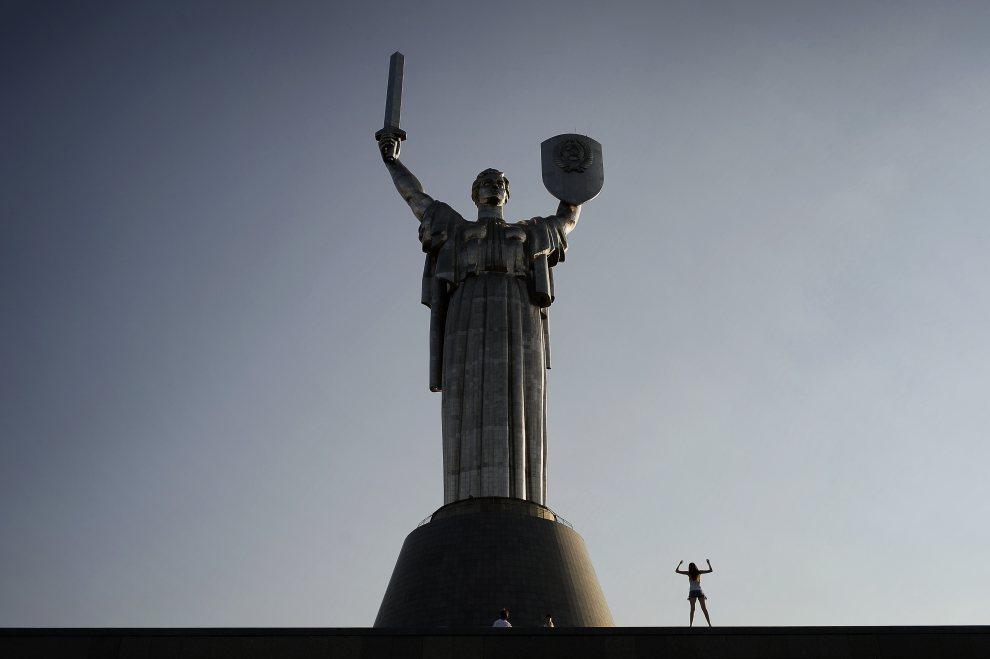 9.UKRAINA, Kijów, 21 czerwca 2012: Sylwetka kobiety obok pomnika Matki-Ojczyzny. AFP PHOTO / JEFF PACHOUD