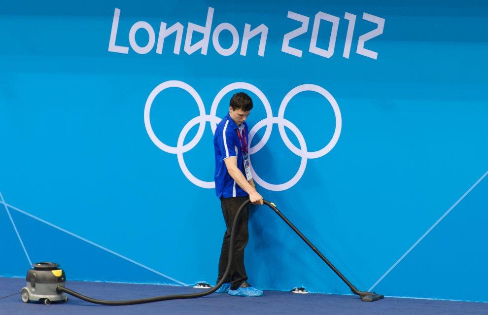 10.WIELKA BRYTANIA, Londyn, 16 lipca 2012: Mężczyzna odkurza matę w Aquatics Centre. AFP PHOTO / LEON NEAL