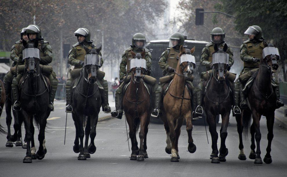 10.CHILE, Santiago, 5 lipca 2012: Patrol policji w trakcie starć z demonstrantami domagającymi się podniesienia wynagrodzeń. AFP   PHOTO/MARTIN BERNETTI
