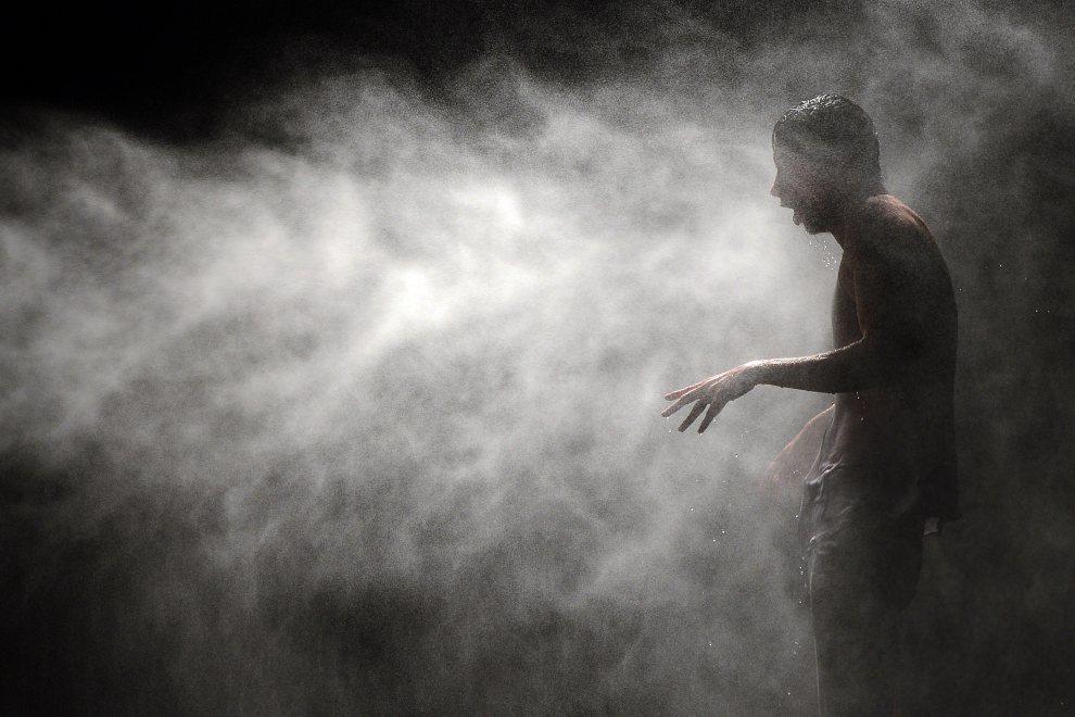 """10.FRANCJA, Awinion, 17 lipca 2012: Portugalski tancerze Romeu Runa w trakcie przesłuchania do roli w balecie """"The Old King"""". AFP PHOTO / BORIS HORVAT"""