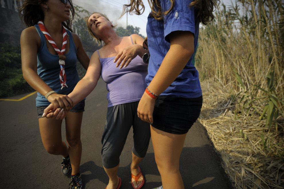 10.PORTUGALIA, Assomada, 21 lipca 2012: Kobieta ewakuowana z domu zagrożonego ogniem. AFP PHOTO / MIGUEL RIOPA