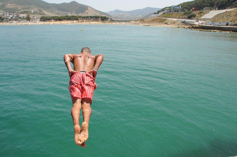 10.MAROKO, Ksar Sghir, 11 lipca 2012: Chłopak skacze do wody w porcie Ksar Sghir. AFP PHOTO / ABDELHAK SENNA