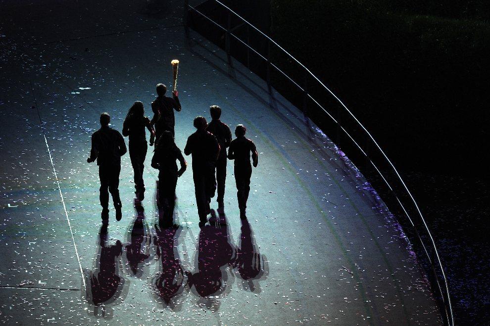 10.WIELKA BRYTANIA, Londyn, 27 lipca 2012: Sztafeta z ogniem olimpijskim wbiega na stadion. (Foto: Stu Forster/Getty Images)