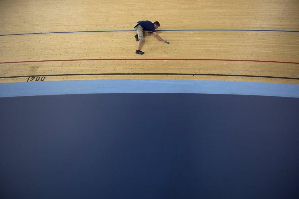 11.WIELKA BRYTANIA, Londyn, 17 lipca 2012: Cieśla, Patrick Lane, sprawdza stan toru kolarskiego. AFP PHOTO / BEN STANSALL