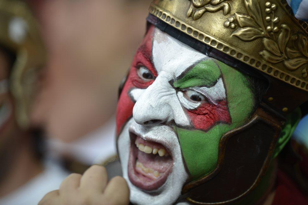 11.UKRAINA, Kijów, 1 lipca 2012: Włoski kibic na trybunie Stadionu Olimpijskiego. AFP PHOTO / FILIPPO MONTEFORTE